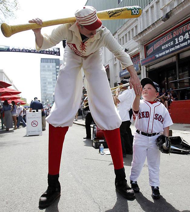 фанаты бейсбольной команды Boston Red Sox возле стадиона своей команды, 100-летнего Fenway Park
