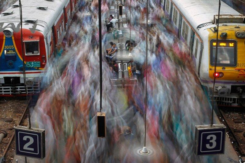Железнодорожная станция Черчгейт в Мумбаи, Индия. Час пик.