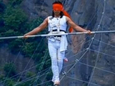 Китайский акробат сорвался с высоты 200 метров
