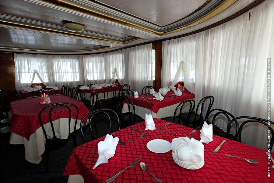 фотография ресторана в кормовой части средней палубы. теплоход Белинский