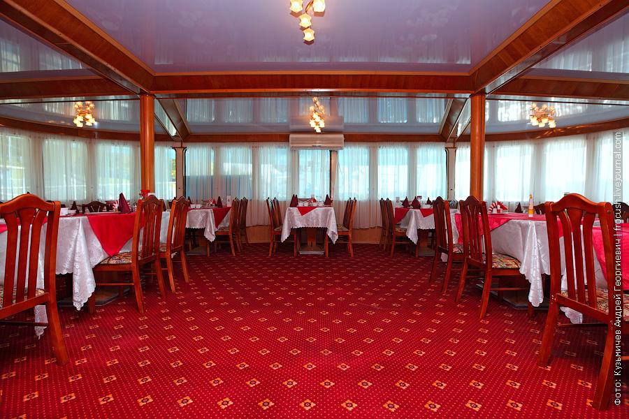 ресторан в кормовой части главной палубы теплоход Бородино