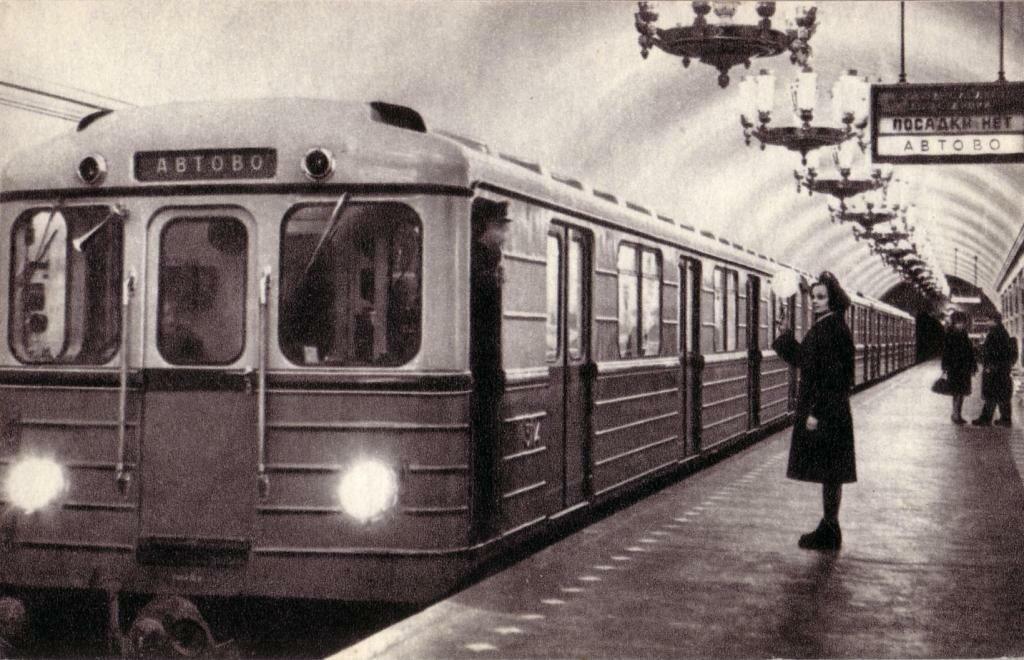 """Станция метро """"Нарвская"""" со старинной табличкой. Отправление метропоезда. Ленинград, 1968 год."""