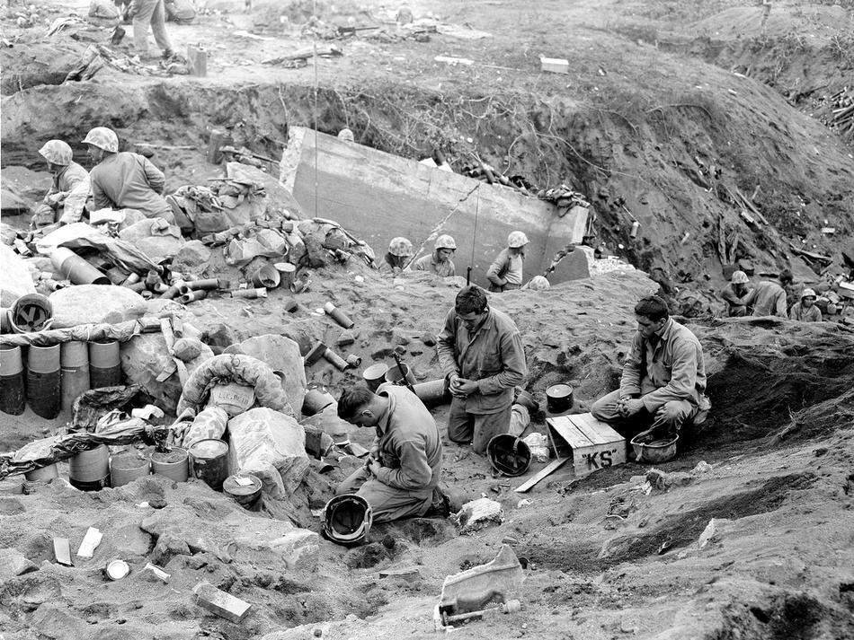 WWII IWO JIMA U.S. MARINES PRAY