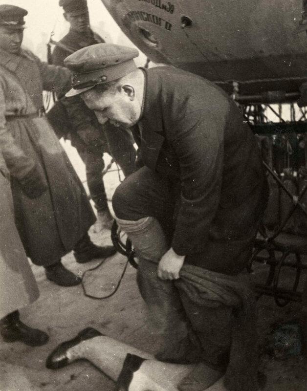 Командир стратостата Прокофьев делает последнюю проверку стратосферного оборудования, Москва, 30 сентября 1933.