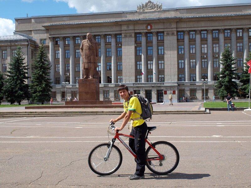 Валерка на фоне обладминистрации и Ленина