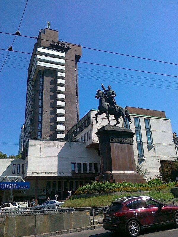 Памятник Щорсу на бульваре Шевченко