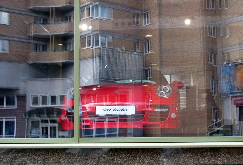 Красный Porsche в киевском магазине