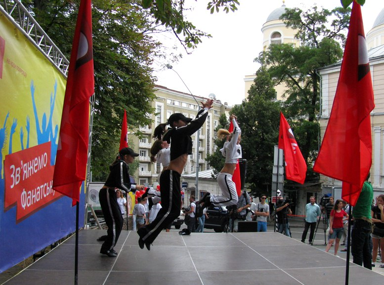 cheerleaders / выступление девушек-чирлидерс перед связыванием фанатской мили в Киеве, перед Олимпиадой-2012 в Лондоне
