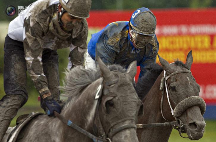 Роберт Скелли (Robert Skelly) и Энрике Гонзалес (Enrique Gonzalez) в гонке под дождем в Ванкувере