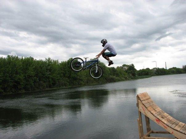Мужик на велосипеде прыгает в воду прикольные фото