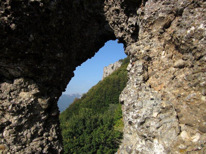 Вид через каменное окно