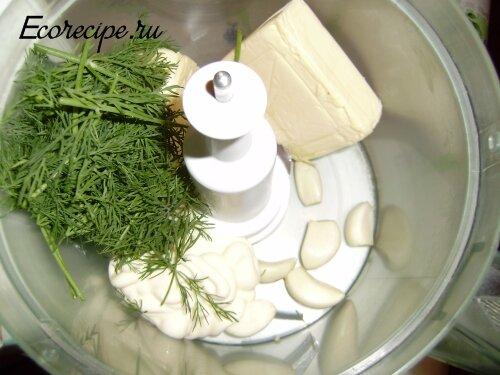 Приготовление начинки из сыра и чеснока для жареных кабачков