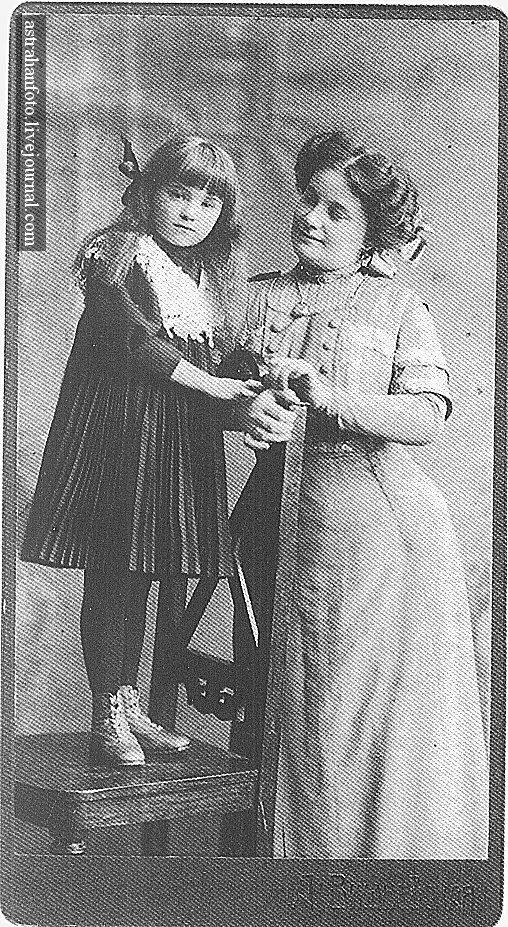 Портрет матери с дочерью. 1900-е годы.