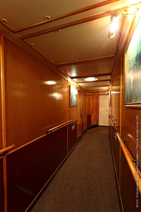 Коридор по левому борту средней палубы. теплоход Белинский