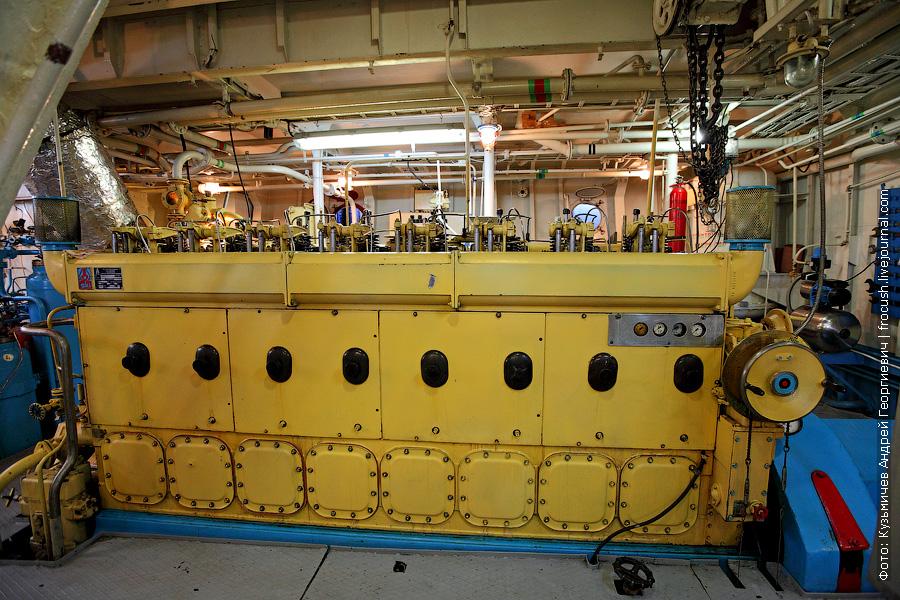 теплоход Бородино машинное отделение правый главный двигатель