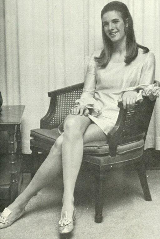 Ретро фотографии женщин в годах сидя в юбках разнообразные позы — pic 10