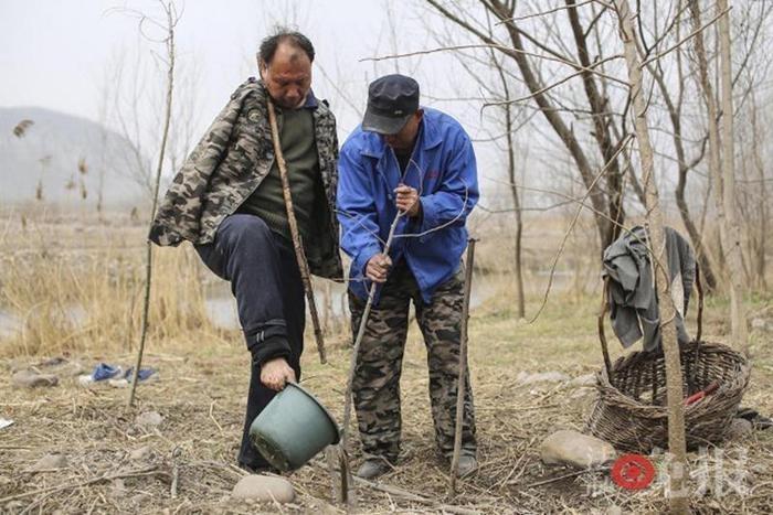 Супермены: в Китае два инвалида спасают деревню от потопа