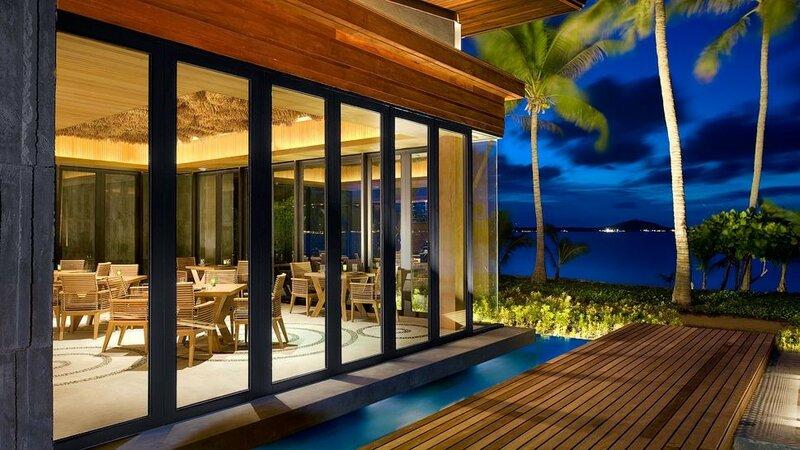 Бар в бассейне отеля W на острове Самуй