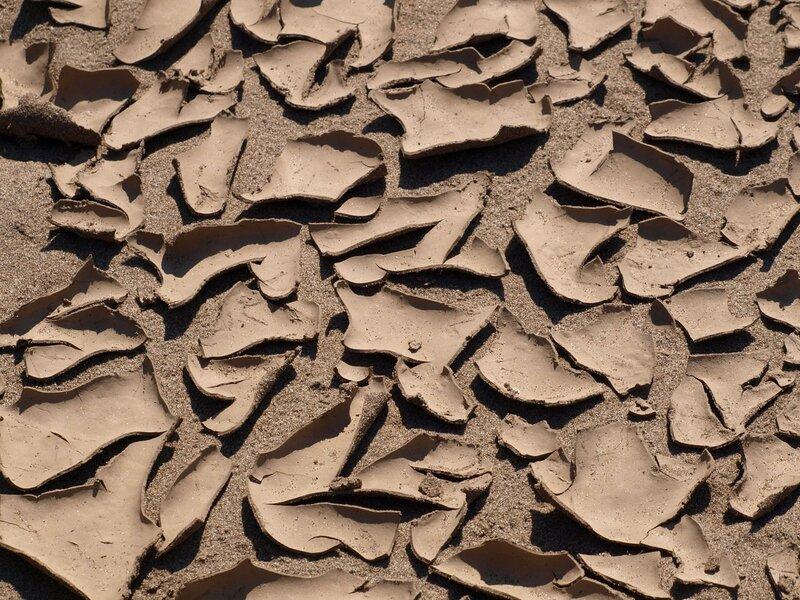 Пустынный узор из потрескавшейся почвы, как во время засухи