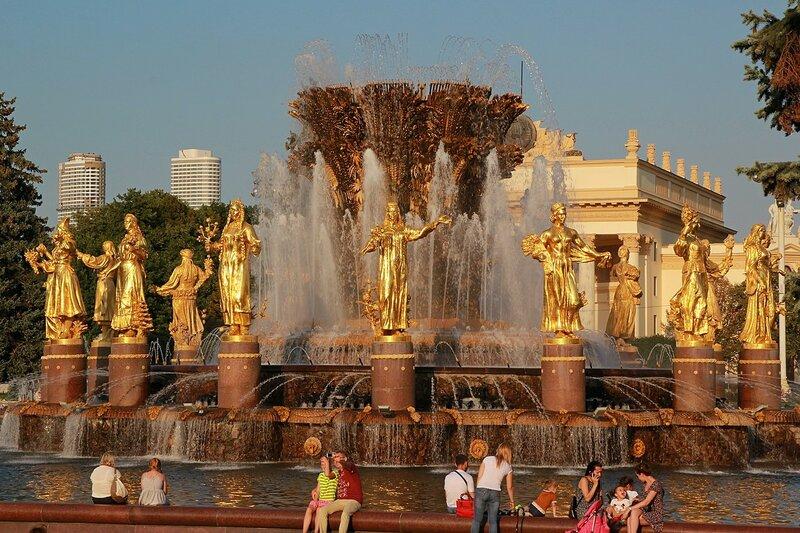 Золотые фигуры фонтана Дружбы народов СССР (Золотой сноп) на ВДНХ в закатных лучах