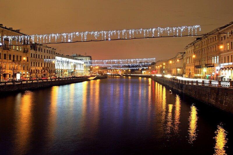 Отражения огней ночного Санкт-Петербурга в реке Фонтанке. Вид с Аничкового моста.