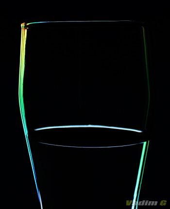 Прозрачный бокал на черном фоне