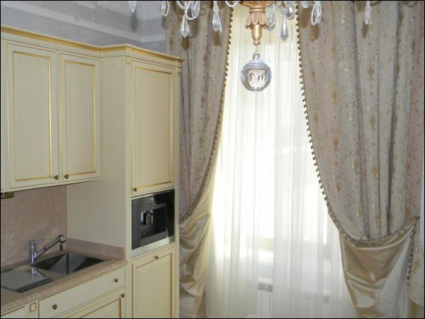 Шторы для кухни в классическом стиле.