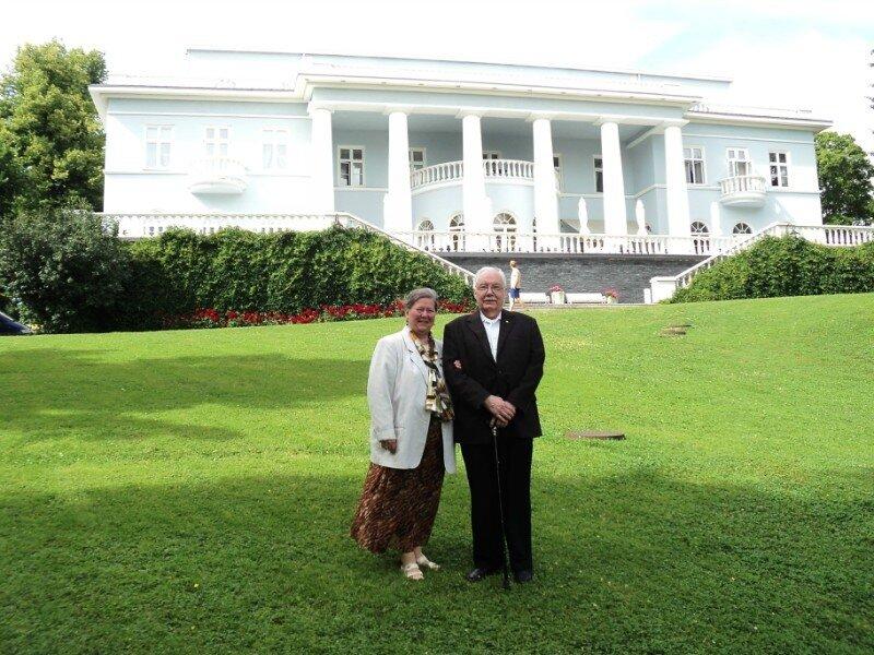 Начальник РИС-О Г.А. Фёдоров с супругой Ириной Олеговной на лужайке перед особняком Хайкко