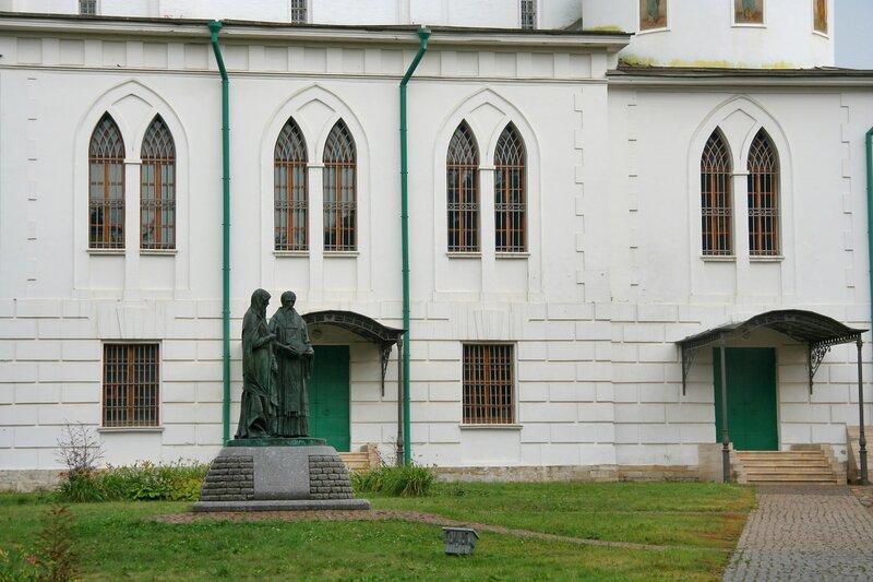 Дмитровский кремль, Северный фасад Успенского собора и памятник Кириллу и Мефодию