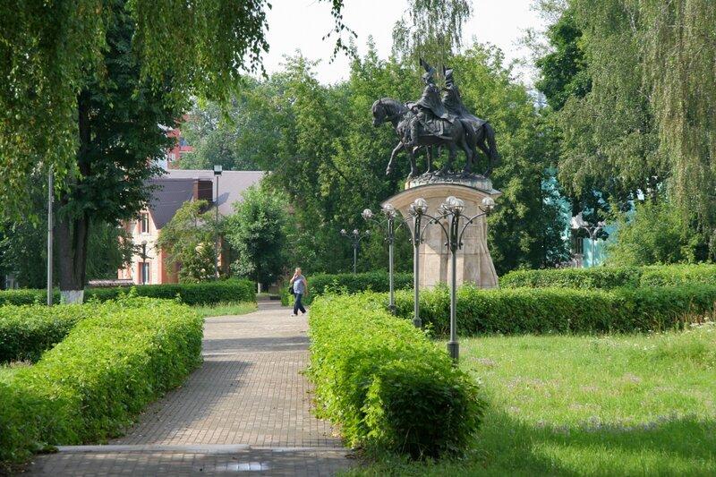 Памятник святым благоверным князьям Борису и Глебу около Борисоглебского монастыря, Дмитров