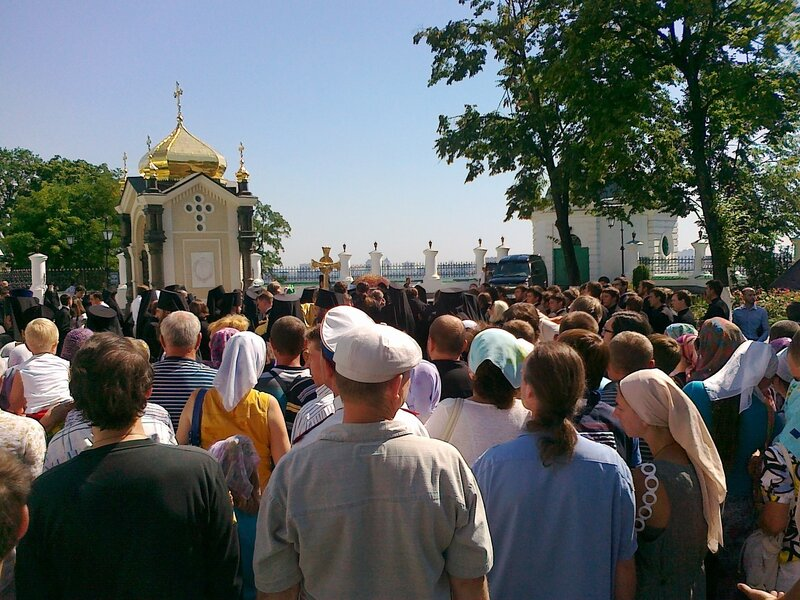 Прихожане встречают Патриарха Кирилла