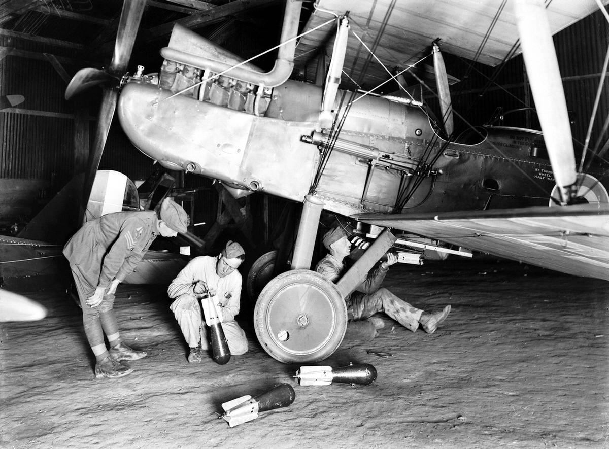 Подвеска авиабомб под фюзеляжем австралийского военного аэроплана (октябрь 1917 года) (2)
