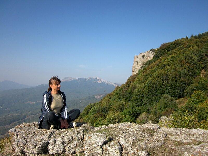 Сидя на камне