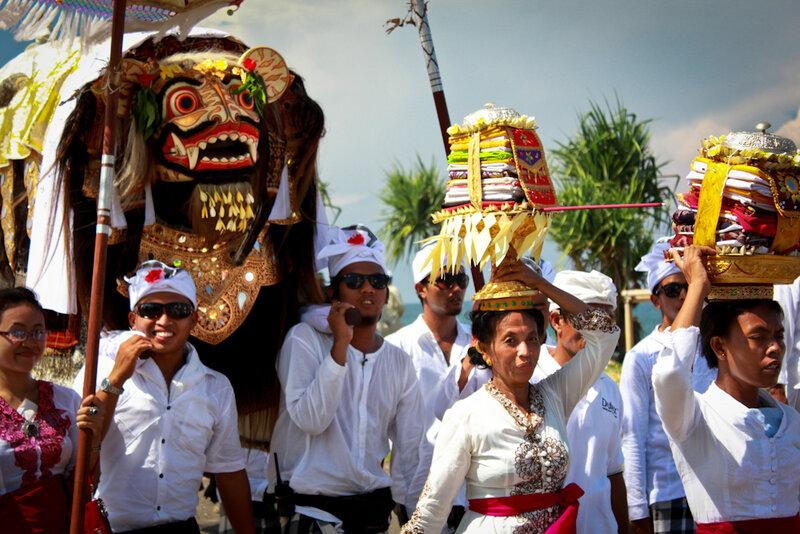 Церемония Меласти на берегу Masceti. Pura Samuan Tiga