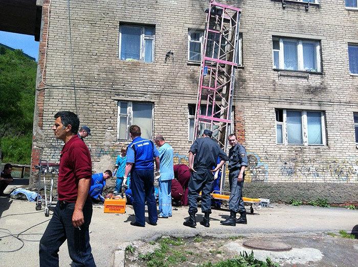 Во Владивостоке рухнула строительная люлька