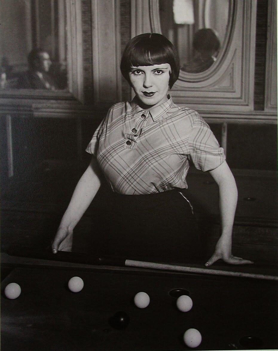 1932. Проститутка играет в русский бильярд на бульваре дё Рошешуар, Монмартр, Париж
