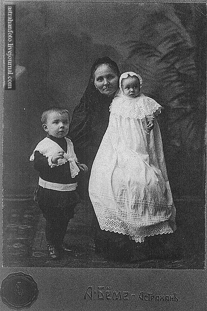 Портрет бабушки с внуками. 1907