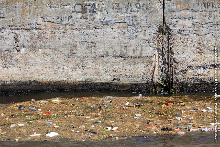 куча плавучего мусора на канале имени Москвы