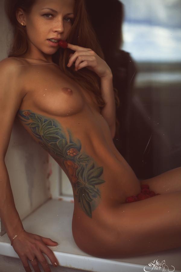 голые дамы с тату загорают фото