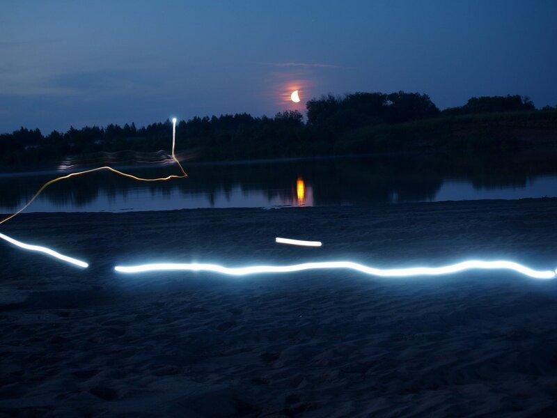 фризлайт и луна на ночевке на пляже на берегу Моломы