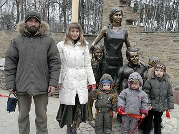 Семья Потаповых открывает памятник семье, 2008, фото бел.ру