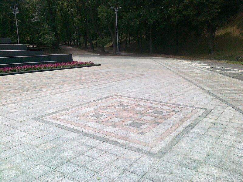 Плиточное покрытие под памятником Владимиру