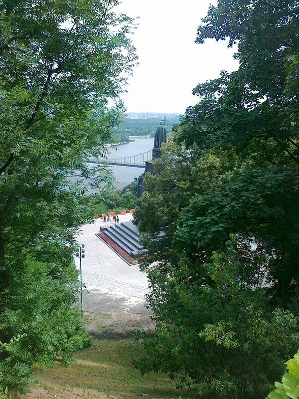 Вид с верхней террасы Владимирской горки на памятник Владимиру