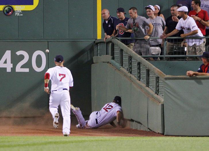 Райан Свини (Ryan Sweeney) из Boston Red Sox на стадионе Fenway Park пытается достать мяч