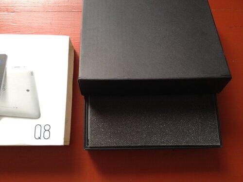 Оболочка с полиграфией снимается, обнажая плотную черную коробкус планшетом SmartQ Q8