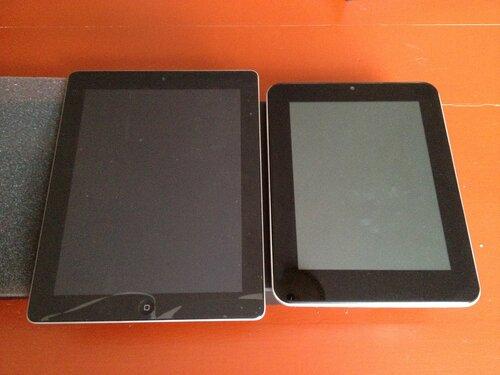 iPad 2 и SmartQ Q8 рядышком, сравнение размеров