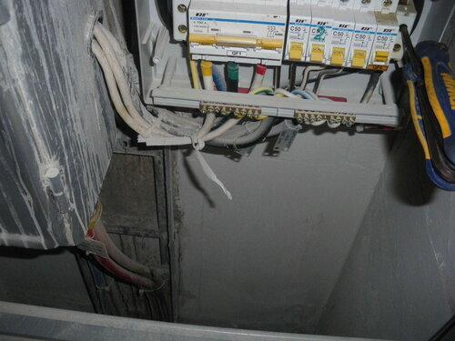 Фото 7. Демонтаж повреждённого нулевого клеммника «Энсто» («Ensto»). Инструменты и детали при работе в таком щите желательно не ронять!