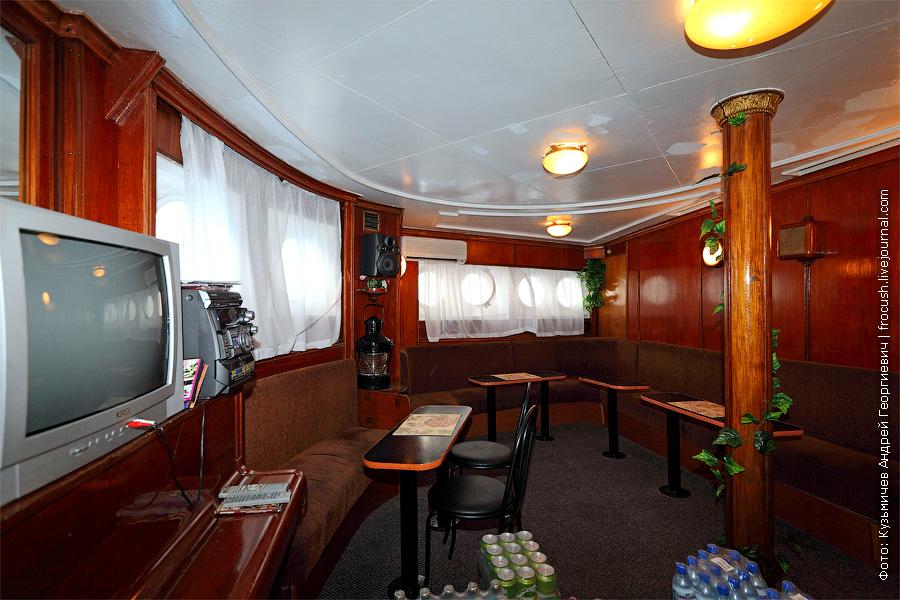 бар в носовой части главной палубы теплоход Белинский фото