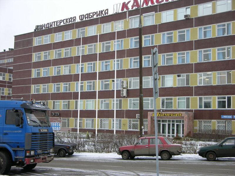 Флагштоки из стекловолокна на фоне фабрики Нестле в Перми