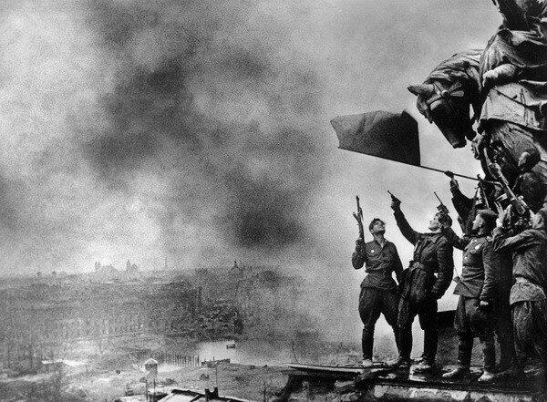 Иван Шагин. Салют над Рейхстагом. Берлин, 1 мая 1945.jpg
